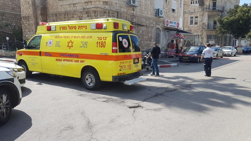 """ירי ברחוב יפו - אמבולנס טיפול נמרץ בזירת הירי בחיפה (צילום: מד""""א)"""