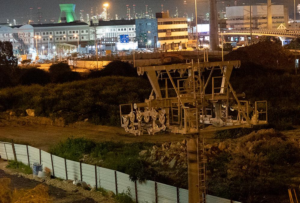 עמוד רכבל שכבר הוקם בין מרכזים לב המפרץ לצ'ק פוסט - בסמוך למנהרות הכרמל (צילום: ירון כרמי)