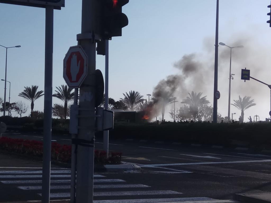 אוטובוס עולה באש בכביש החוף ליד שער עליה בחיפה (צילום: אלעד גנות)