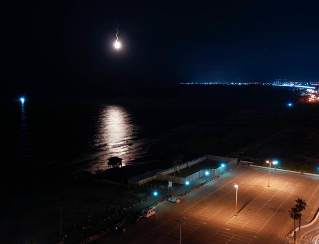 פצצות תאורה מול חופי קריית ים שוגרו על ידי השיטור הימי (צילום: איתי רויטמן - צילומי רחפן - 054-6202210)