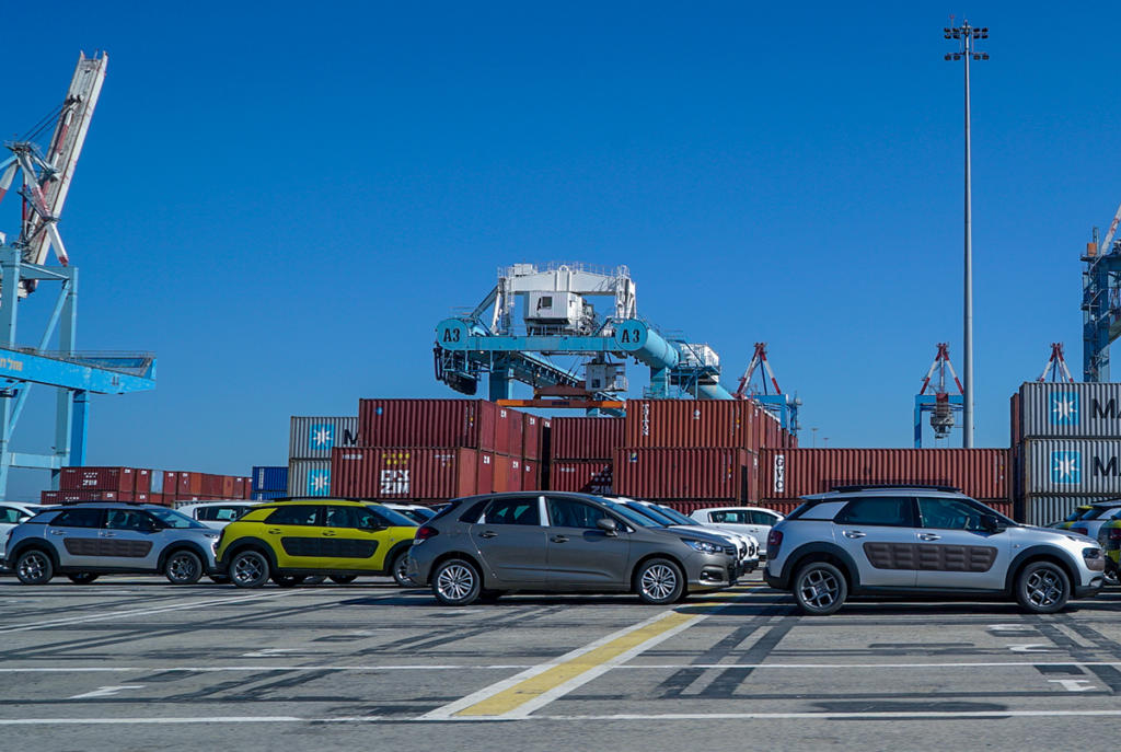שטחי אחסון מכולות ומכוניות - נמל חיפה (צילום: ירון כרמי)
