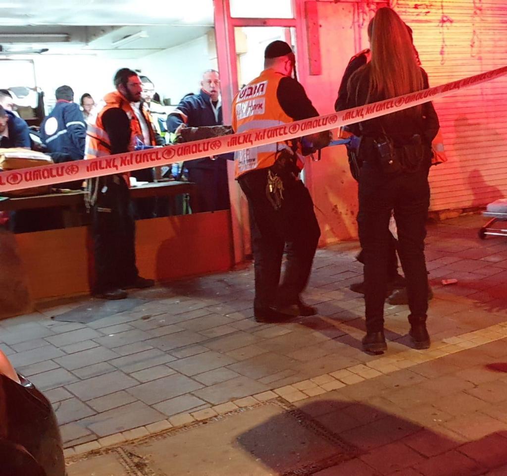 מדממים וחבולים: גבר נמצא ללא רוח חיים ואשה במצב בינוני עד קשה בחנות נעולה בחיפה (צילום: איחוד הצלה)