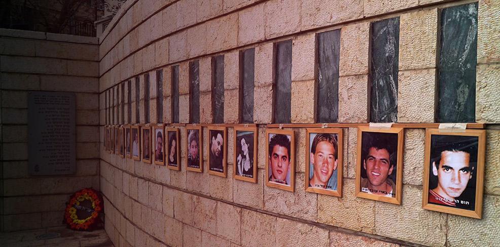 האנדרטה לזכר הנרצחים בפיגוע בקו 37 בציר מוריה בחיפה (צילום: ירון כרמי)