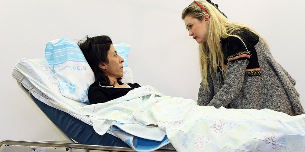 """מיכל ינאי ואסי לוי בהצגה """"של מי החיים האלה"""" (צילום: פיוטר פליטר - בית החולים רמב""""ם)"""