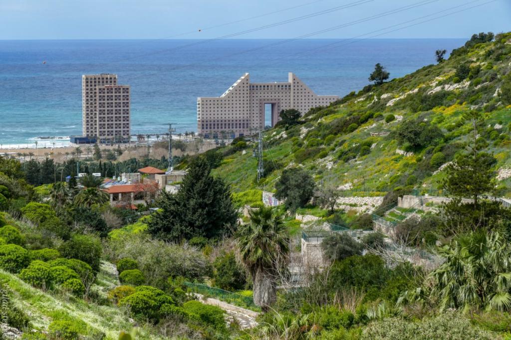 מגדלי חוף הכרמל - מלון מרידיאן - מבט מנחל שיח - (צילום: גלעד שטיין)