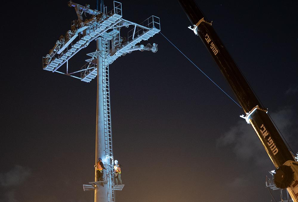 המתקן מתיישב על ראש התורן - הקמת הרכבל בחיפה ממרכזית לב המפרץ לאוניברסיטה (צילום: ירון כרמי)