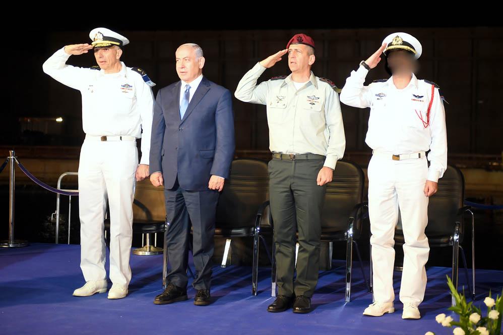 """הרמטכ""""ל אביב כוכבי, בנימין נתניהו ואליהו שרביט בטקס סיום קורס חובלים בחיפה (צילום: ג'ו לוציאנו)"""