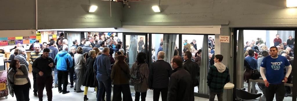 מאות נותרו מחוץ לאולם בכנס כחול לבן בחיפה (צילום: ירון כרמי)