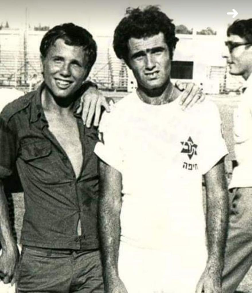 """שמעון נגולה ז""""ל (מימין), עם אריה ברזילי כששיחקו בנוער של מכבי חיפה (צילום: אריה ברזילי)"""