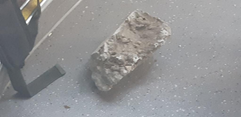 """אחת האבנים שנזרקה על אוטובוס הקבוצה (צילום: אדיר יזירף / דוברות מועדון הכדורגל """"מכבי נווה שאנן אלדד"""")"""
