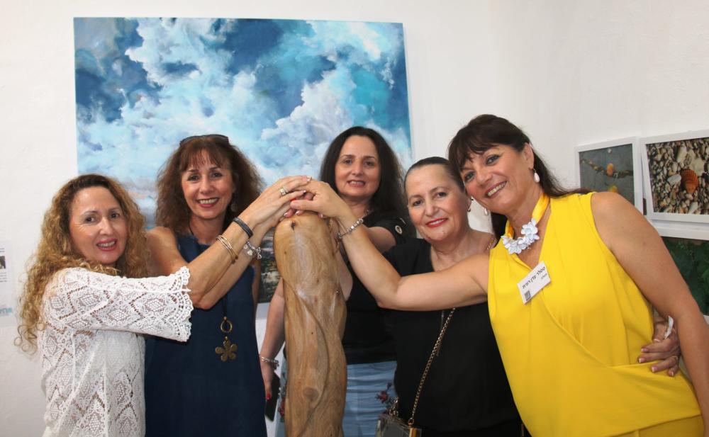 רונית טסלר מימין, ליזה ברדוגו, אורחות התערוכה, צילום שוקי כהן