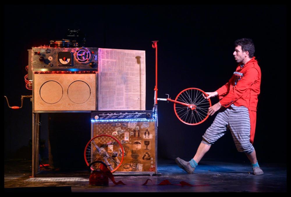 ההצגה האיש והתיבה (צילום: יוסי צבקר)