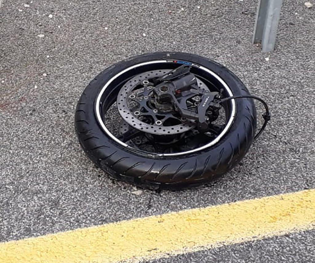 גלגל אופנוע - רוכב אופנוע נהרג בתאונה בסמוך למפעל דשנים בקרית אתא (צילום: איחוד הצלה)