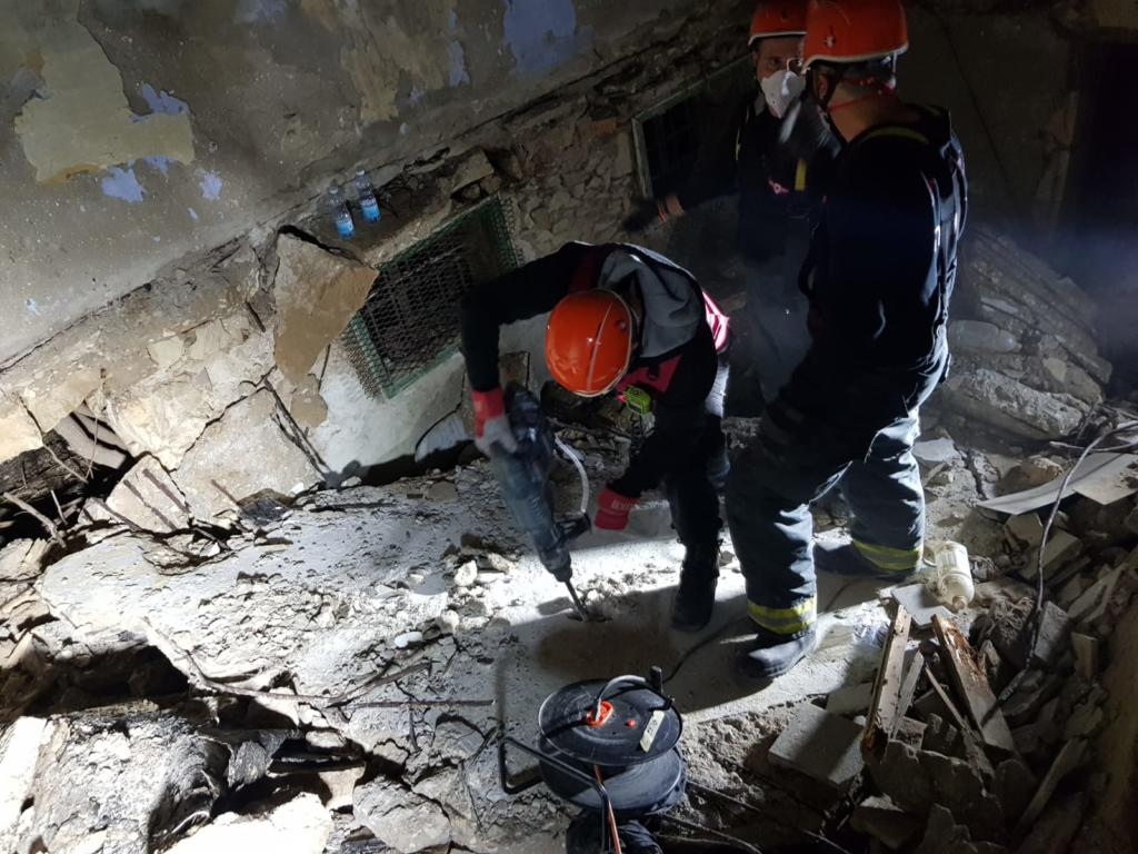 בית חמאווי - לוחמי האש מחפשים אחר לכודים תחת התקרה שקרסה (צילום: לוחמי האש)