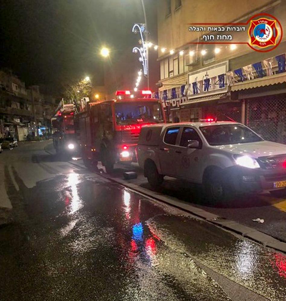חנות ממתקים ופיצוחים עלתה באש ברחוב הרצל בחיפה (צילום: לוחמי האש)