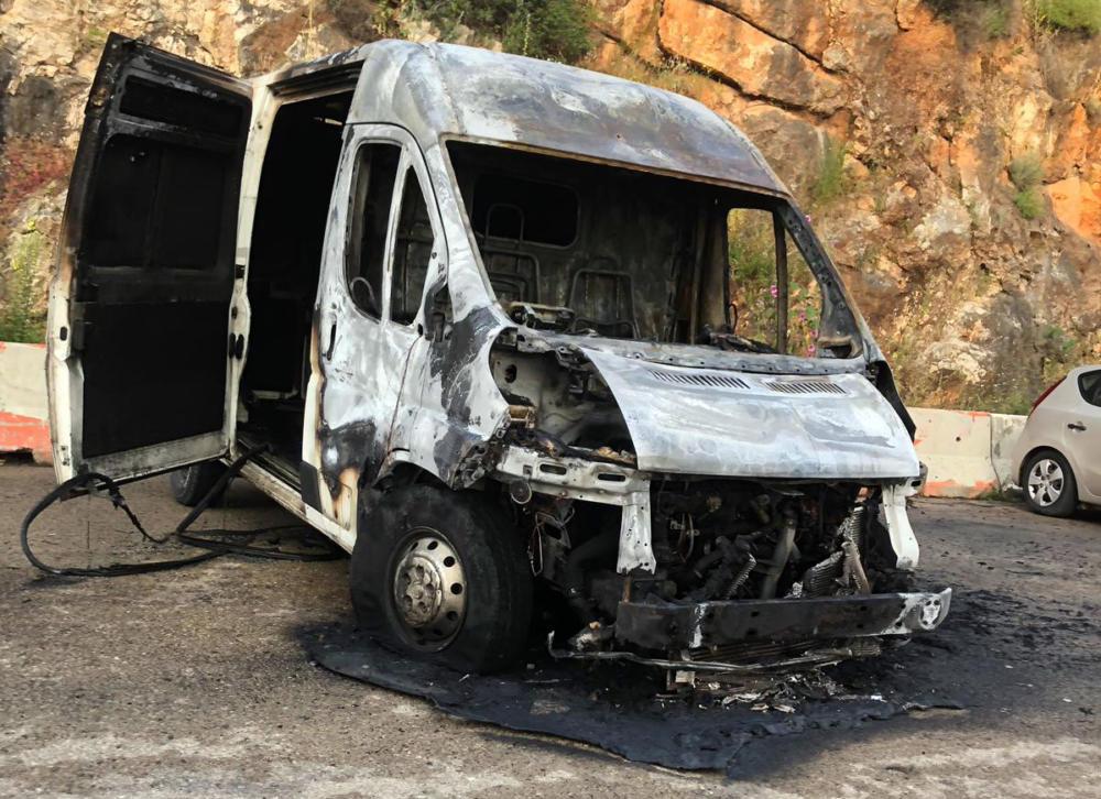 מיניבוס עלה באש ברחוב ערד בנווה יוסף חיפה (צילום: חי פה)