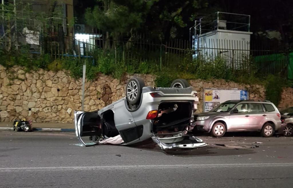 תאונה ברחוב חורב בחיפה - נהגת פגעה במספר רכבים והתהפכה (צילום: אסי טקסי)