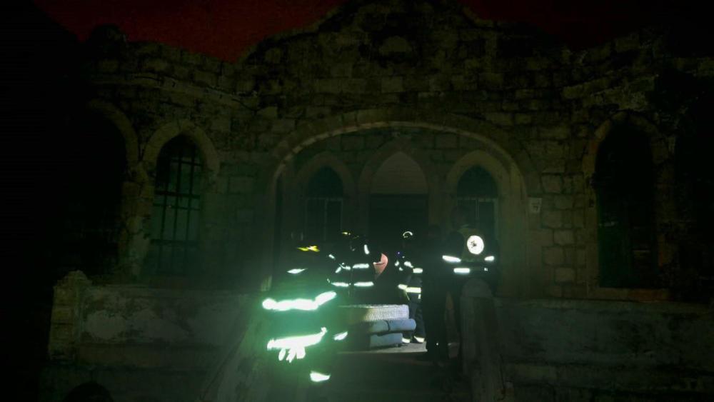 לוחמי האש בפעולה - תקרה קרסה בבית חמאווי בחיפה (צילום: גל דדוש)