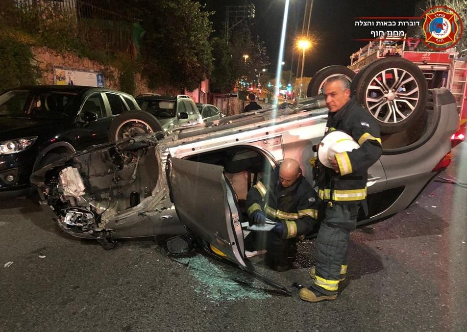 תאונה ברחוב חורב בחיפה - נהגת פגעה במספר רכבים והתהפכה (צילום: לוחמי האש)