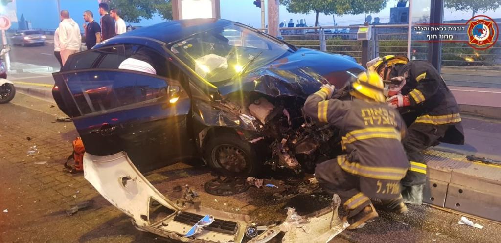 תאונת דרכים על נתיב מטרונית בחיפה בין שני כלי רכב פרטיים (צילום: לוחמי האש)