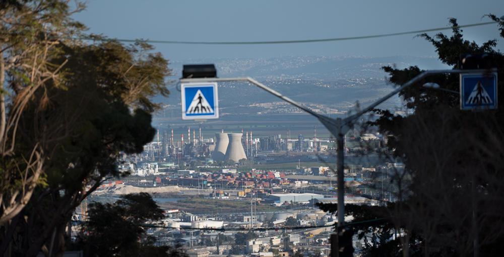 המפעלים הפטרוכימיים במפרץ חיפה - מבט משדרות הציונות (צילום: ירון כרמי)