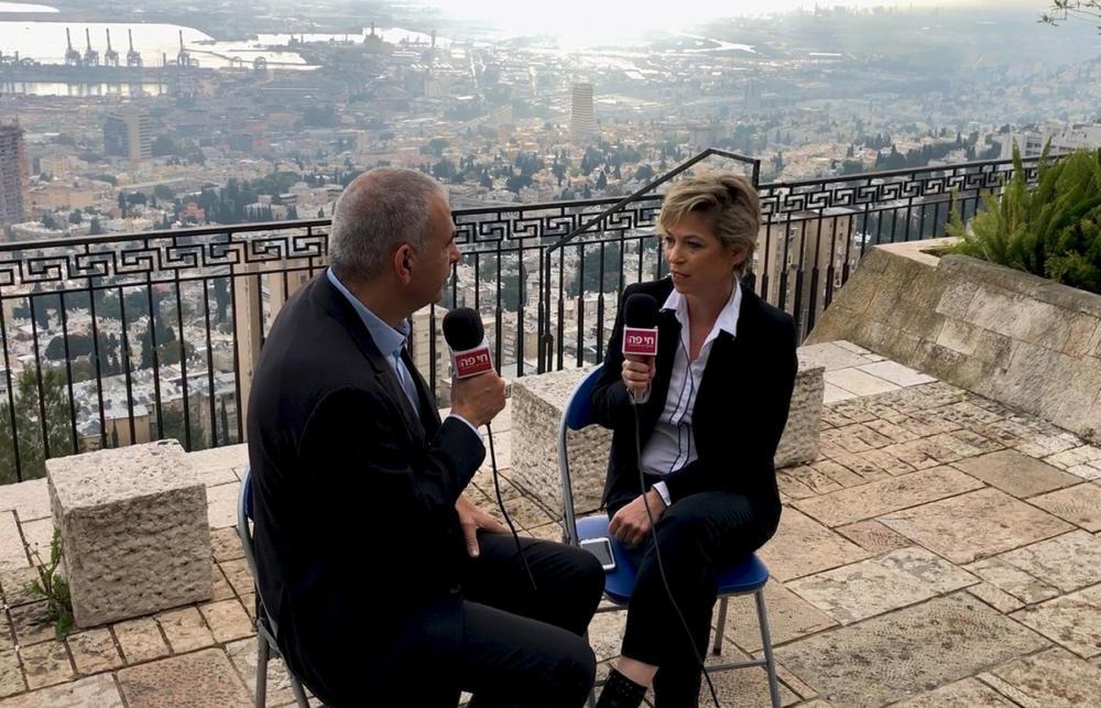 נגה כרמי משוחחת עם השר משה כחלון על תכניותיו בנוגע לעתיד חיפה והפרויקטים שכבר תוקצבו (צילום: ירון כרמי)