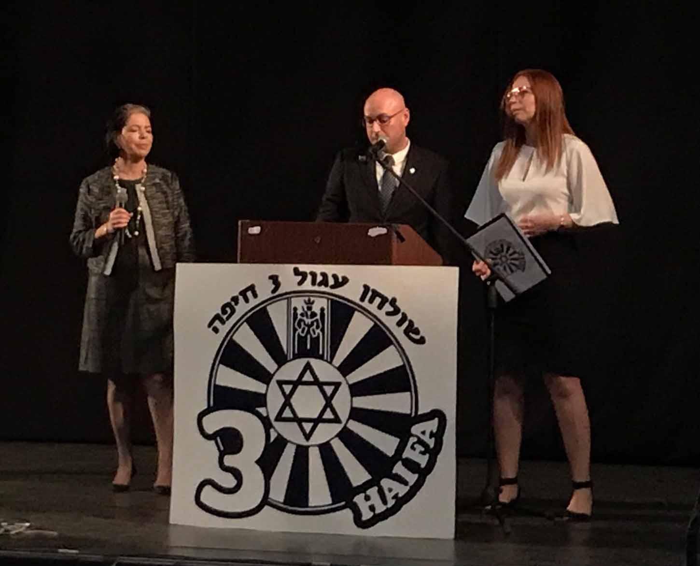 תומר גנון לצד רעייתו, בתיה - שולחן עגול 3 -  ערב גאלה לציון 40  שנות פעילות בחיפה (תילום: נגה כרמי)