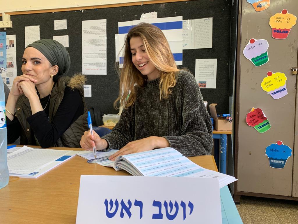 """שי כרמי - יו""""ר ועדת הבחירות בקלפי בבית הספר עין הים בחיפה (צילום: ירון כרמי)"""
