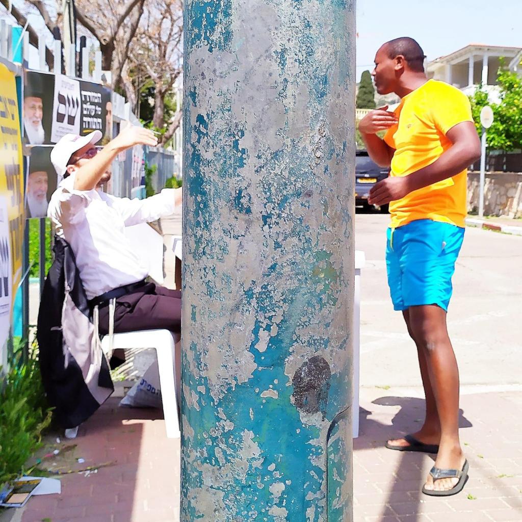 שלטי תמיכה במפלגות - הכניסה לקלפי בבית הספר ליאו באק בחיפה (צילום: ירון כרמי)