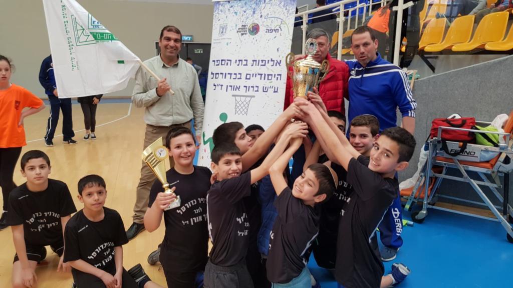 """בית הספר רמב""""ם זוכה באליפות בתי הספר היסודיים (צילום: אילן הרפז)"""