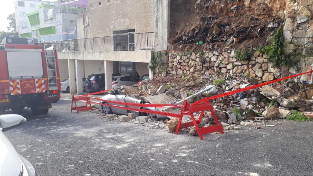 חומה קרסה על רכב בחיפה (צילום: איחוד הצלה כרמל)