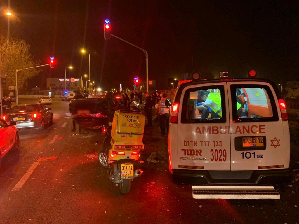"""התהפכות רכב ברחוב יפו חיפה (צילום: גסן סוסאן מד""""א כרמל)"""