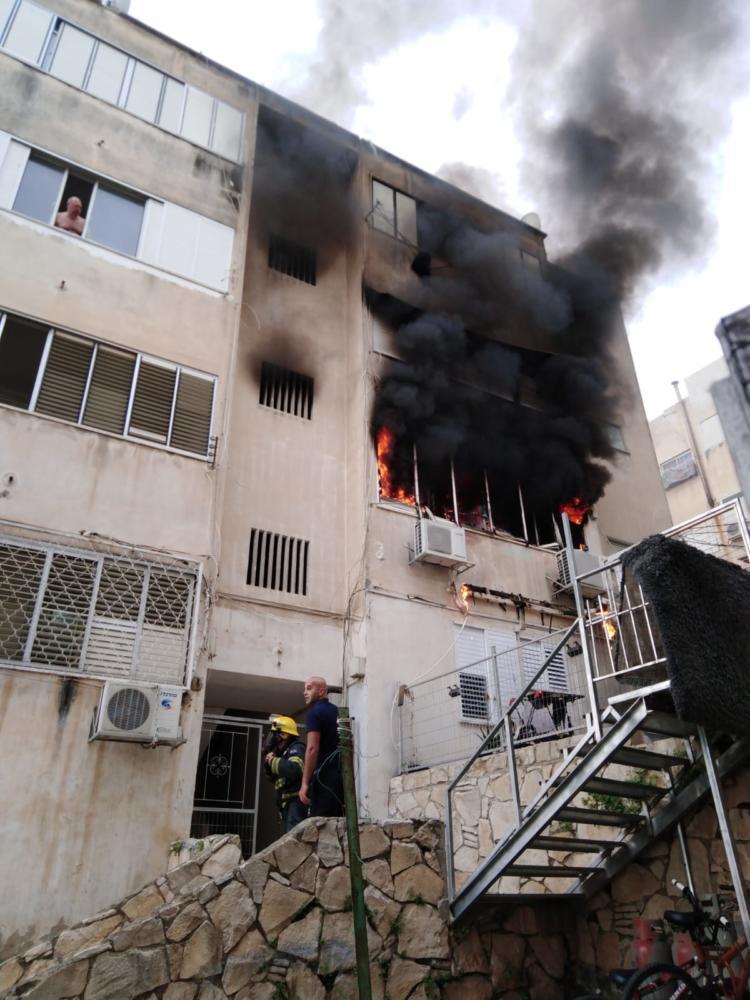 """שריפה בבניין מגורים בחיפה (צילום: כב""""ה מחוז חוף)"""
