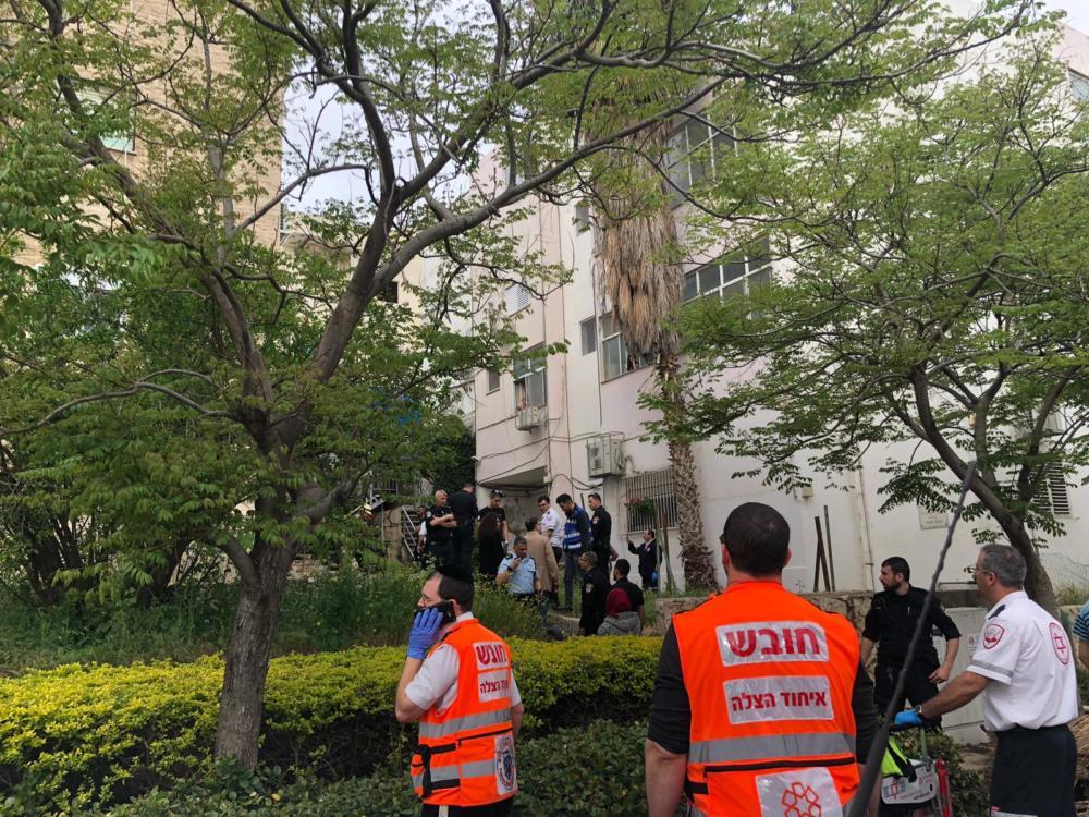 שריפה בבניין מגורים בחיפה (צילום: איחוד הצלה כרמל)