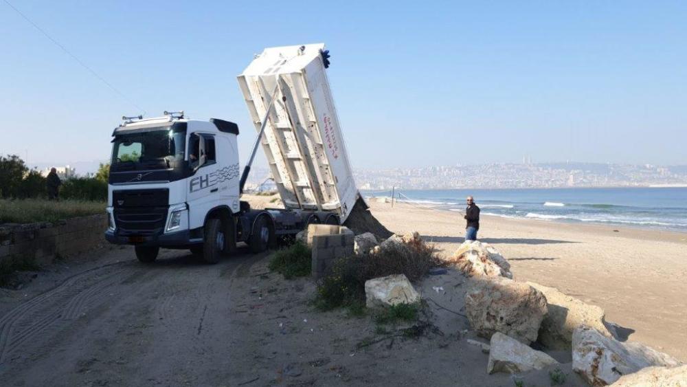 משאית ממלאת חול בחוף קריית חיים צילום: דוברות עיריית חיפה