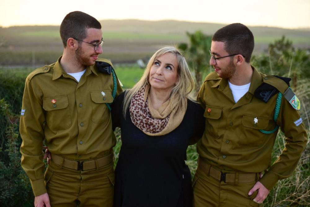 אוראל ועמית ואקנין עם אמם, מזל