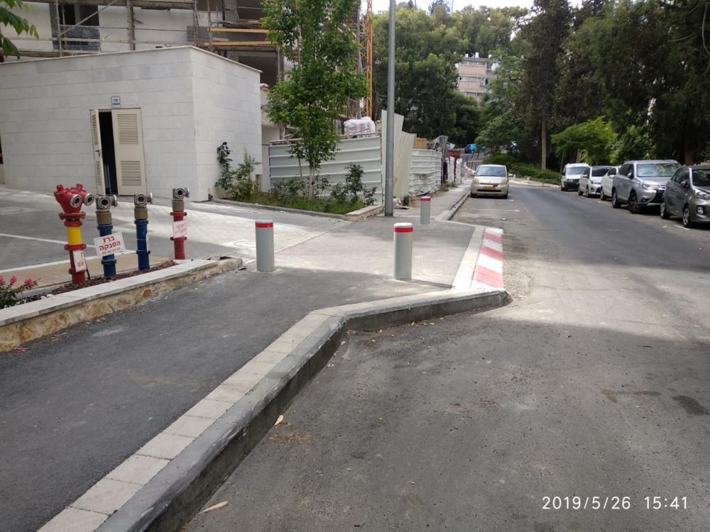 המדרכות שסומנו באדום לבן. שכונת חביבה רייך בחיפה.