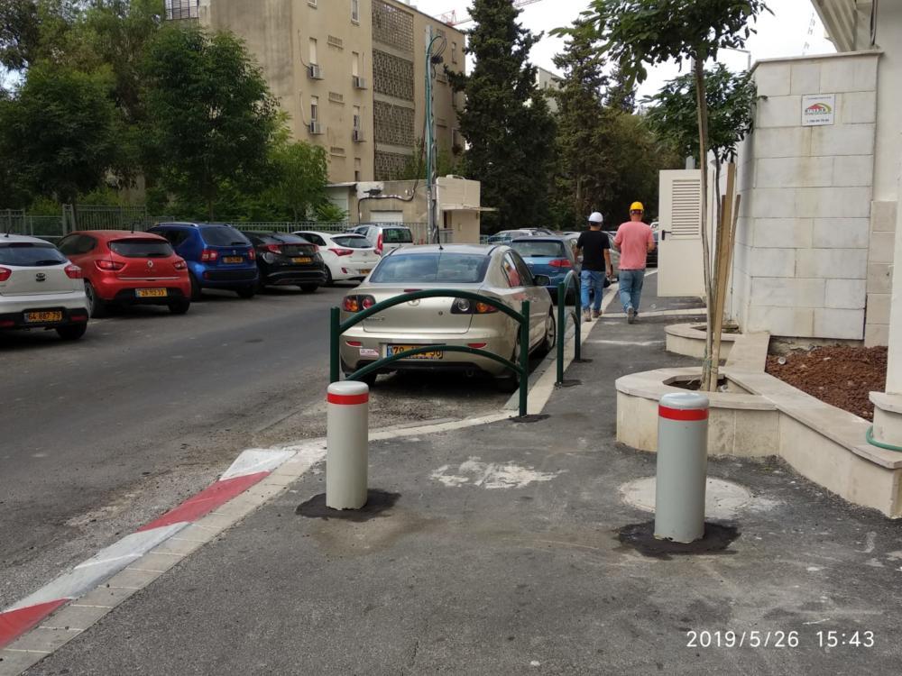 עמודים שהוצבו על המדרכה. שכונת חביבה רייך בחיפה.