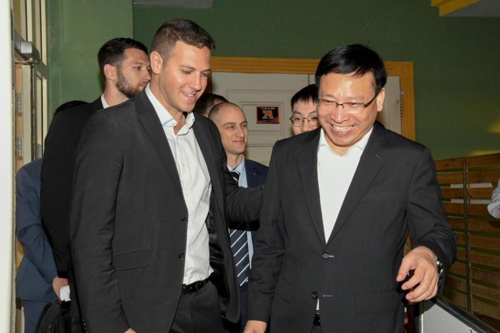 """עציוני וראש העיר שנג'ן (צילום: יח""""צ)"""