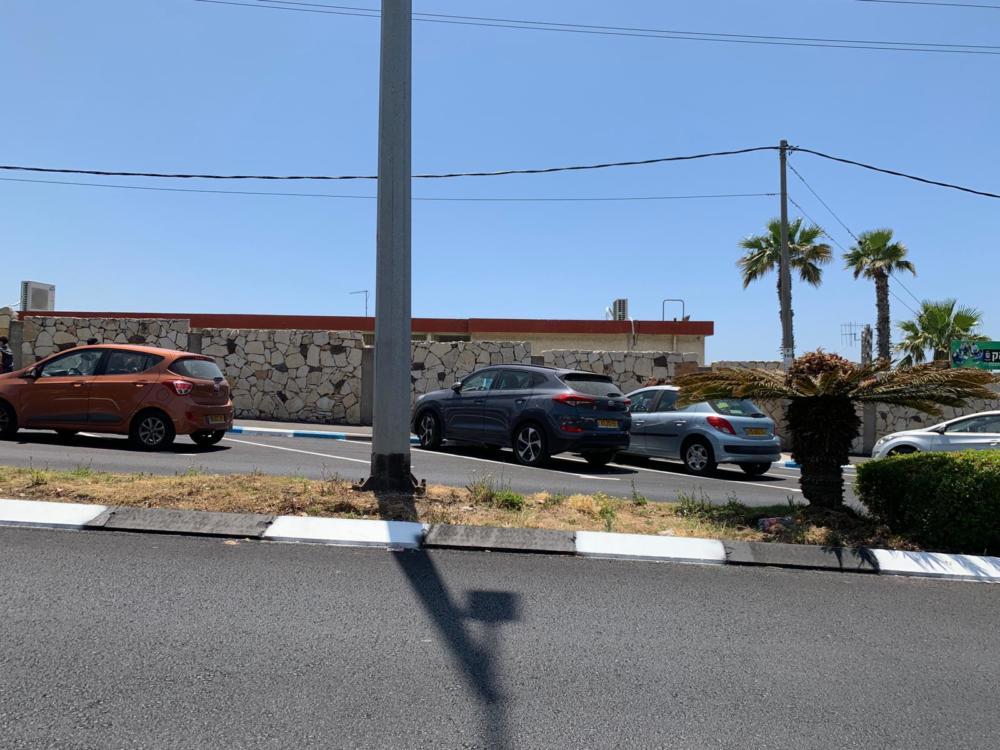 חניות שסומנו בכחול לבל מול חטיבת הביניים בבית הספר ליאו באק בחיפה - שביתה בליאו באק