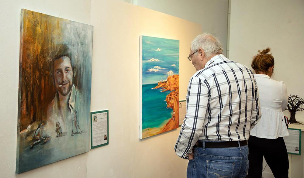 """מיזם אמנותי חיפאי - הנצחת הנופלים באמנות - פתיחת התערוכה """"קהילה זוכרת ויוצרת"""" לרגל יום הזיכרון (צילום: סיגל הראל)"""