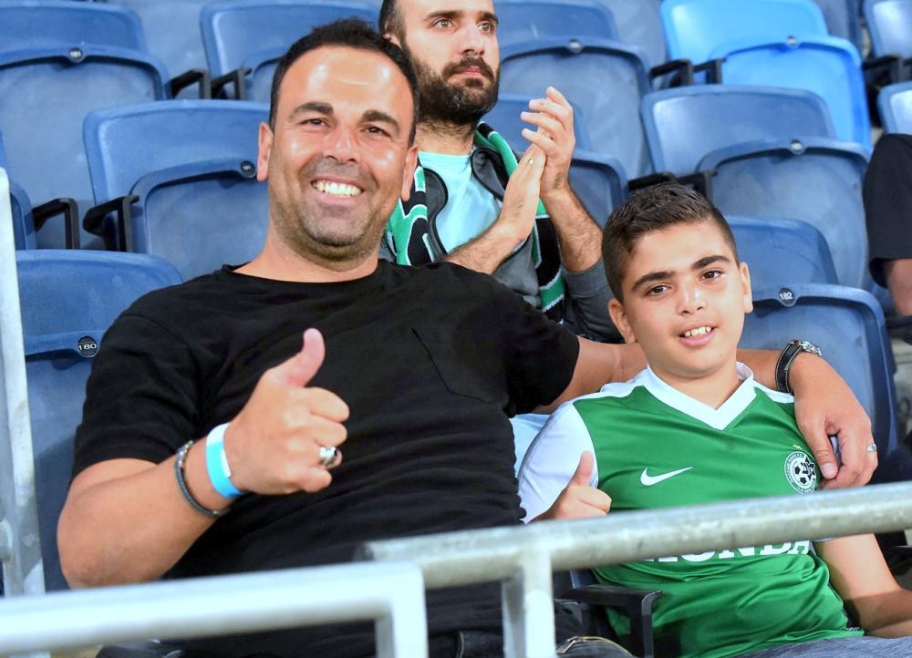 """אבי צרפתי ובנו שוהם באיצטדיון ע""""ש סמי עופר בחיפה (צילום: יוסף הירש)"""