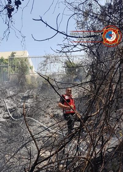 שריפה בשטח פתוח בסמוך לבתים ברמות יצחק בנשר (צילום: לוחמי האש)