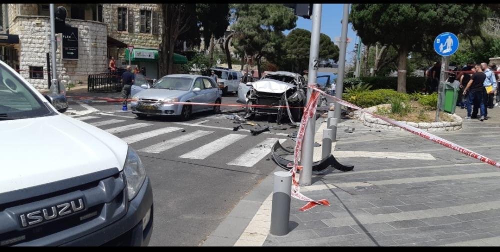 מכונית התפוצצה במרכז הכרמל בחיפה (צילום: משטרת ישראל)