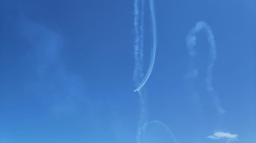 מטס אירובטי של העפרוני (מטוס הדרכה) - מבט מחוף דדו (צילום: יובל לייקין)