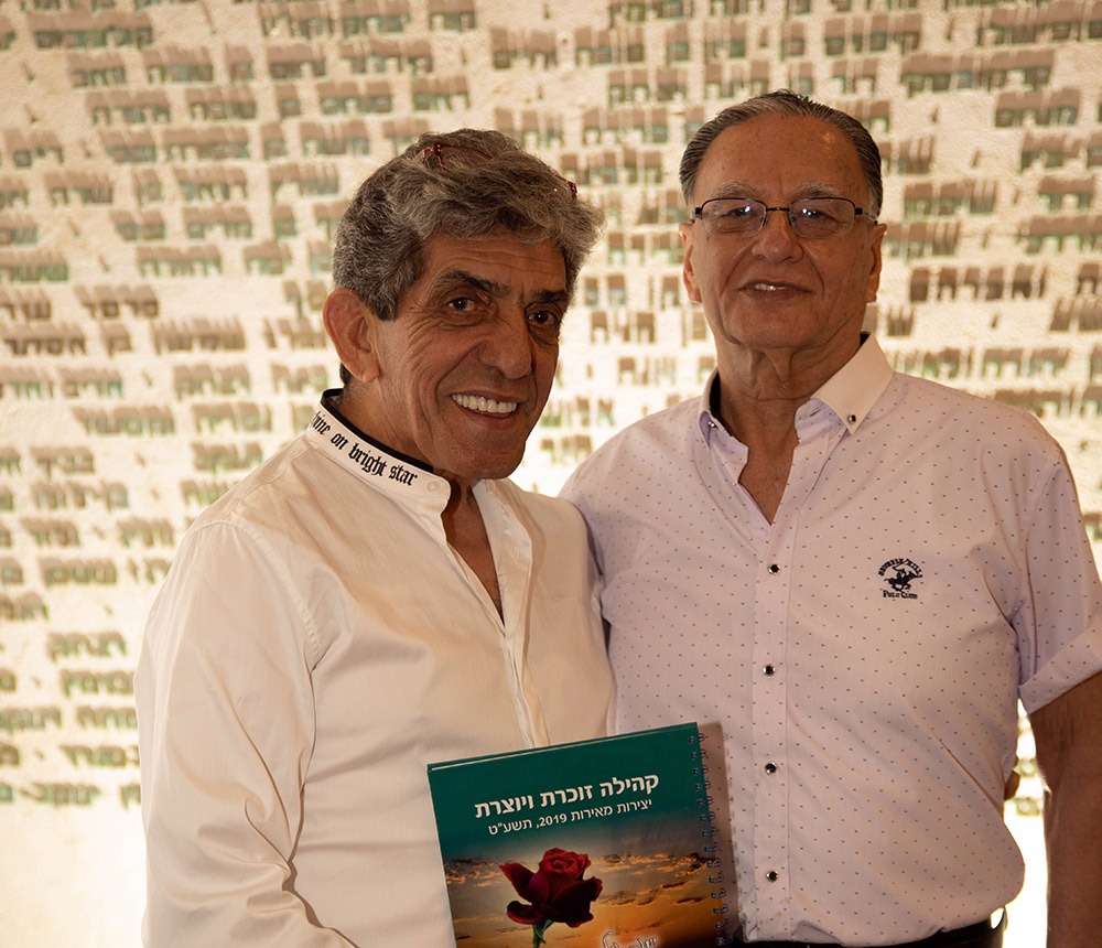 """האמן אבי שרון, יו""""ר אגודת האמנים מעניק את ספר היצירות לחיים לנציצקי, יו""""ר סניף חיפה באגודת יד לבנים (צילום: סיגל הראל)"""