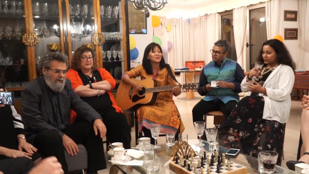 מפגש תרבותי עם נספחת התרבות של הודו בישראל לקראת התערוכה שתיערך בחיפה עם האמן רהול (צילום: ירון כרמי)