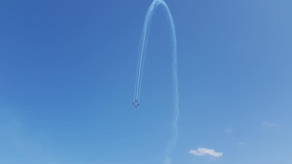 מטס אירובטי של העפרוני (מטוס הדרכה) - מבט מחוף דדו (צילום: אורי שוורץ)