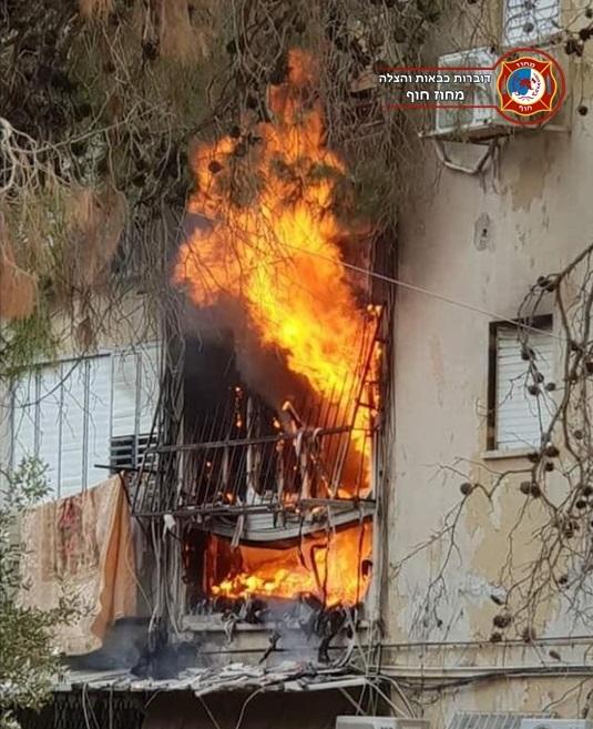 שריפה בדירת מגורים ברחוב נתן אלבז בטירת כרמל (צילום: לוחמי האש)