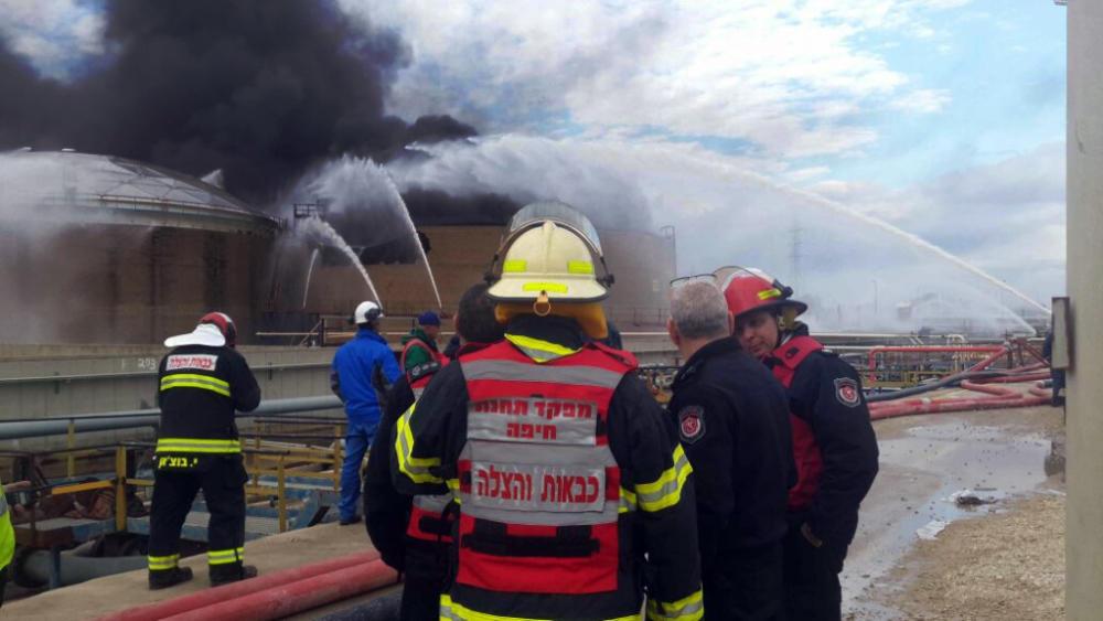 שריפה בבתי הזיקוק - מיכל דלק בוער 26/12/2016 (צילום: לוחמי האש)